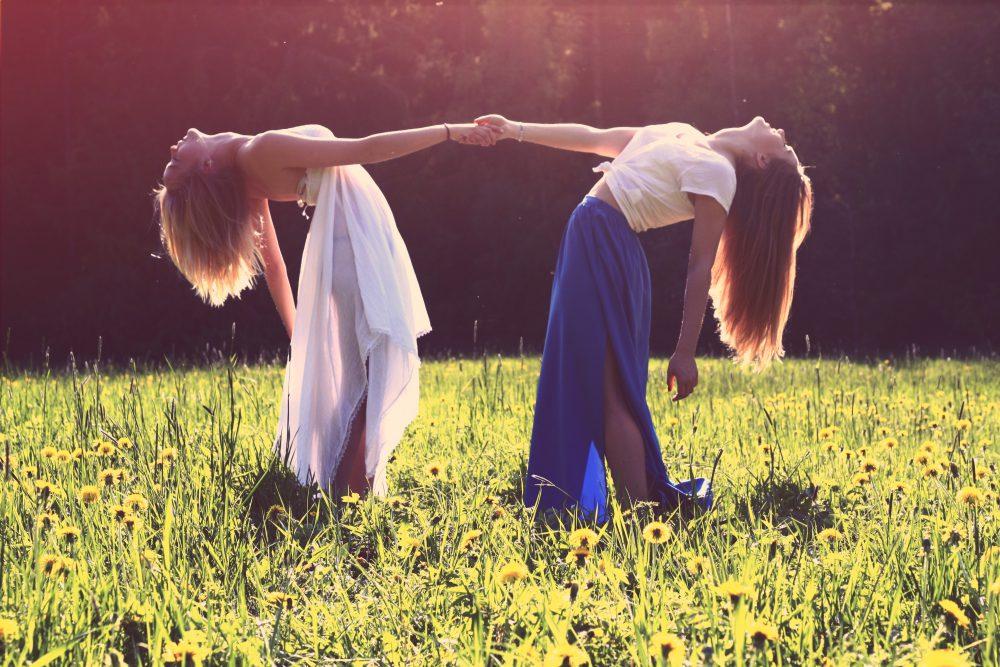 менструални чашки две жени сред природата